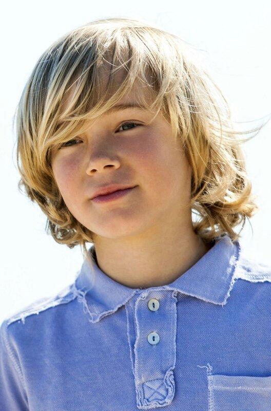 coiffure-pour-enfant-garcon-2014-cheveux-longs-meche-sur-le-cote-surfeur_4913177-3
