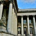 Statuaire et péristyle du palais Brongniart, quartier de la Bourse.