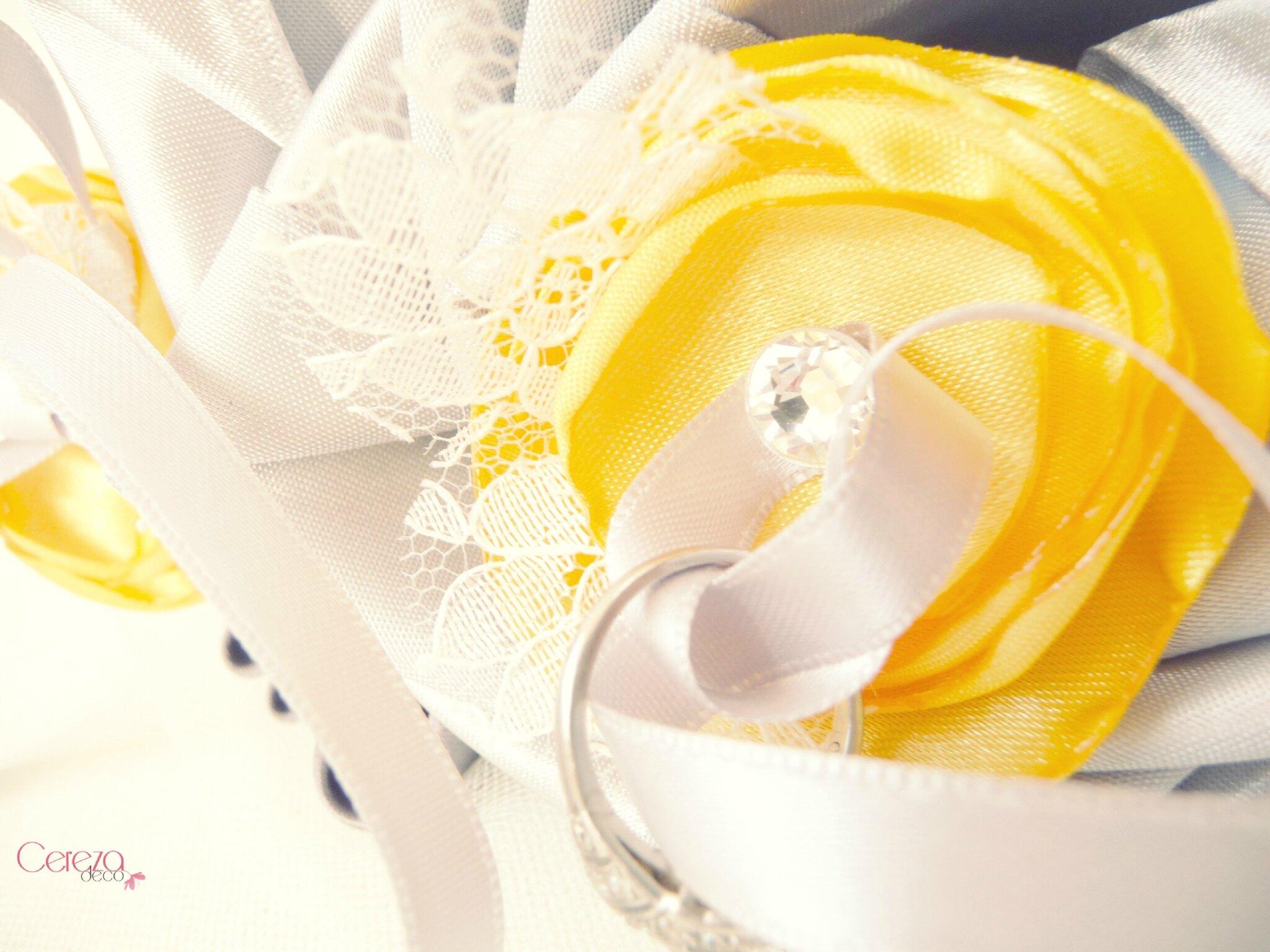 Mariage r tro porte alliance personnalis coussin dentelle for Accessoire deco jaune