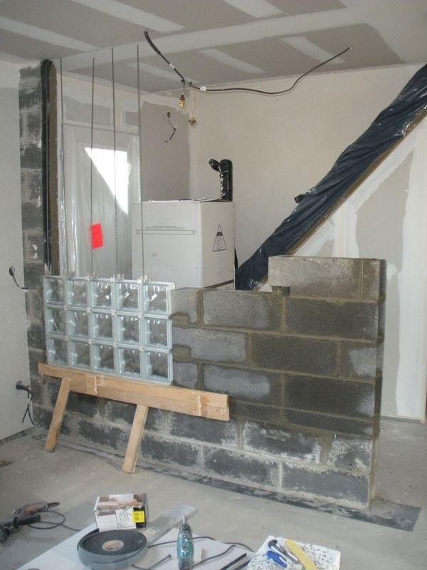 Mur briques de verre notre blog l 39 avancement de notre for Monter un mur en brique de verre salle de bain