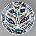 Plat à bouquet symétrique, iznik, vers 1600, période ottomane (13e siècle-1922)