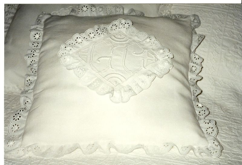 coussin avec monogrammes et broderie anglaise la malle aux dentelles. Black Bedroom Furniture Sets. Home Design Ideas
