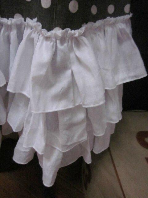 Manteau BERENICE en lin gris à pois blanc orné de 3 volants de lin blanc, fermé par un neoud cousu dans le même tissu (5)