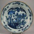 Delft. grand plat en faïence à décor bleu, blanc dit «à la barrière fleurie» dans le goût de la chine. xviiie.