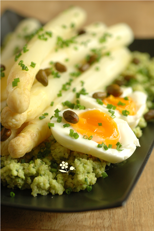 Asperges blanches, millet, oeuf mollet & pesto d'ail des ours