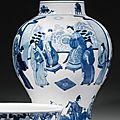 Vase balustre en porcelaine bleu blanc. chine, dynastie qing, époque kangxi (1662-1722)
