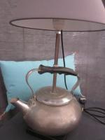 Détournement d'objet - Lampe bouilloire avec poignée bakélite noire - abat-jour gris (3)