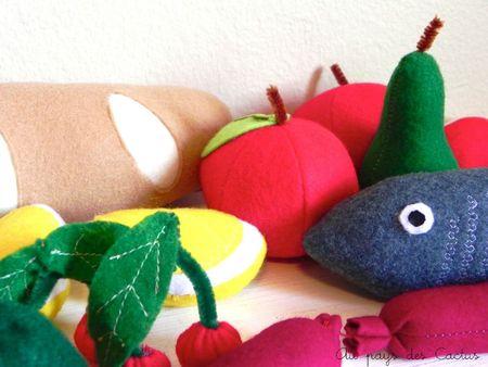 Pain, pommes, poires, cerises, citron, navet chapelet de saucisses, poisson, tomates dînette en feutrine Au pays des Cactus 7