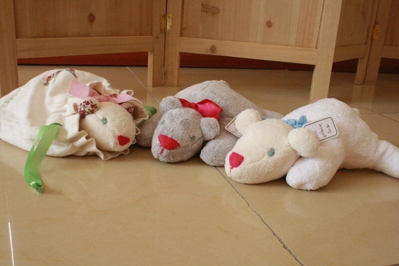 Ours polaires, en teddy doux, gris ou blanc, 20€ pièce, sac de rangement 15€