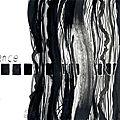 Des traits, de l'abstrait, du noir, du blanc et un arbre bleuté.
