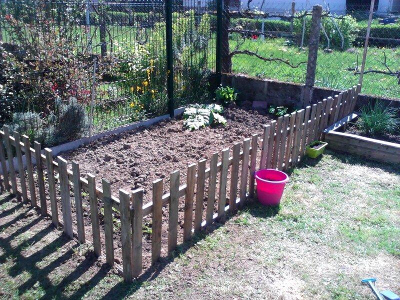Un petit potager au fond du jardin un peu de tout - Petite barriere de jardin en bois ...