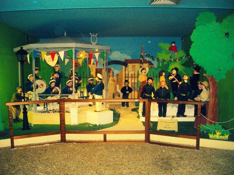 fanfare-policiers-chant-kiosque-guirlande-fanions-arbre-vintage-chorale