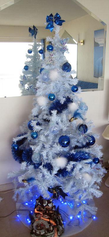 deco sapin bleu et blanc with deco sapin bleu et blanc. Black Bedroom Furniture Sets. Home Design Ideas
