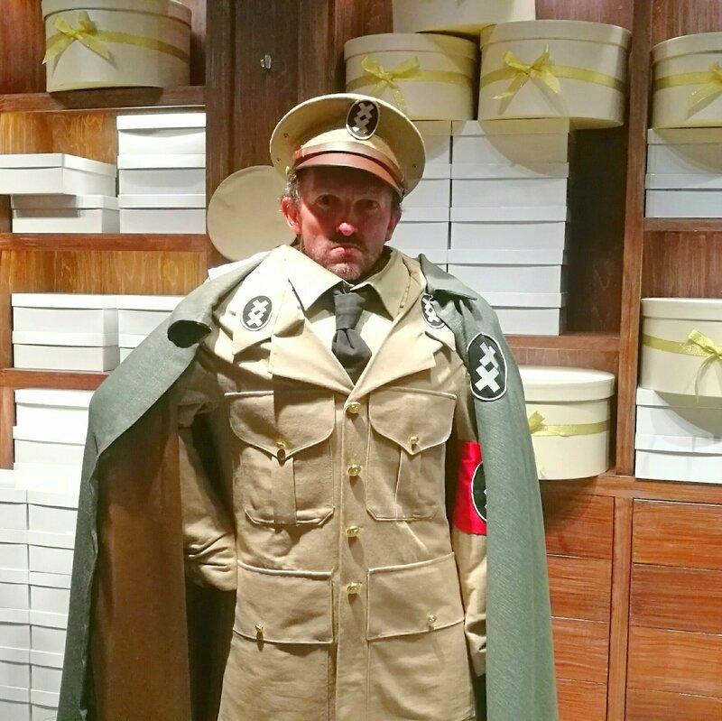 Jénorme à Chaplin's world, costume du dictateur, Corsier-sur-Vevey