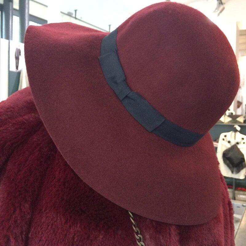 Bordeaux manteau GAZEL, sac ANAE ROSE, robe PETITE MENDIGOTE, boots PATRICIA BLANCHET, feutre BECK SONDERGAARD, ah 1617 Boutique Avant Après 29 rue Foch 34000 Montpellier (5)