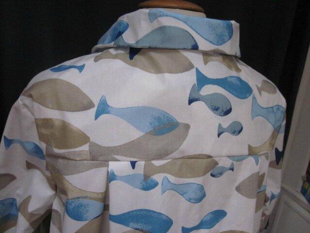 Ciré AGLAE en coton enduit blanc imprimé poissons bleu et beige fermé par 2 pressions dissimulés sous 2 boutons recouverts dans le même tissu (1)