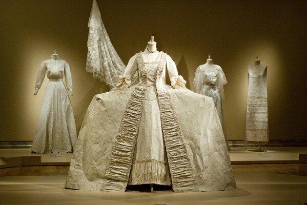 Isabelle de Borchgrave peintre autodidacte......fabrique des costumes en papier....vous n'en croyez pas vos yeux