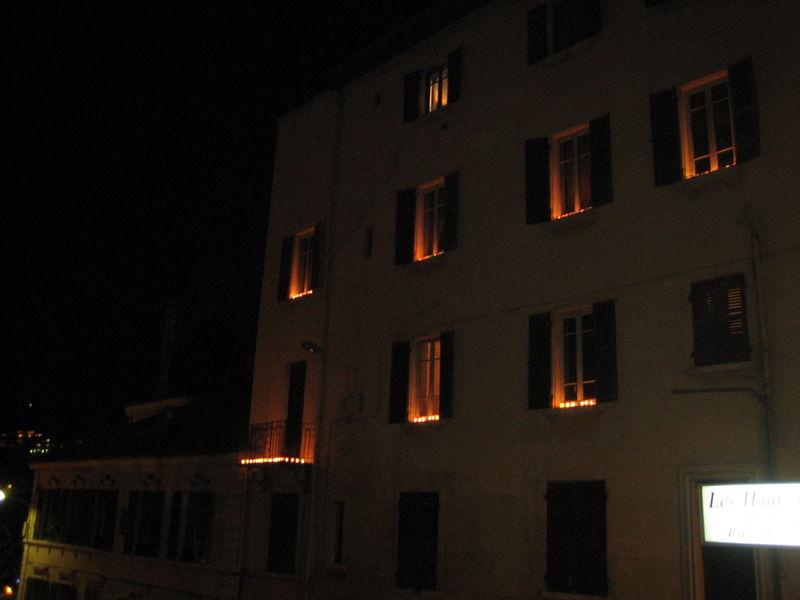 22 les lumignons aux fen tres photo de lyon lumi res - Pose de barreaux aux fenetres ...