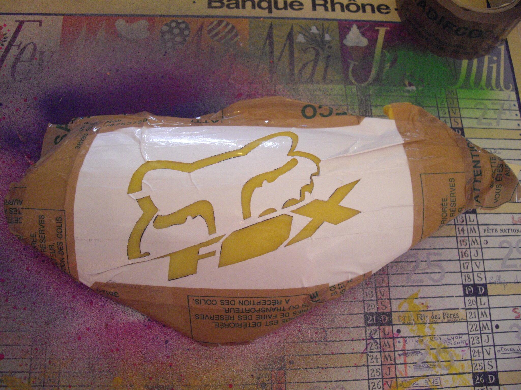 Pochoir peinture fox sur car nage de dirt bike et ca bricole for Peindre a la bombe sur metal