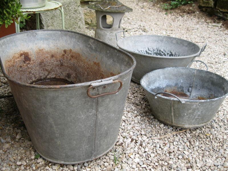 deux bassines et une petite baignoire en fer blanc et en zinc euros with baignoire ancienne en zinc. Black Bedroom Furniture Sets. Home Design Ideas