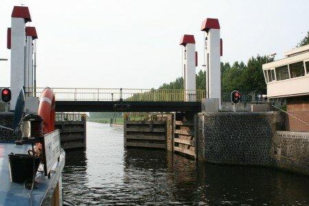 double portes décluse: soit amont soit aval, pour réguler les niveaux Meuse / Rhîn