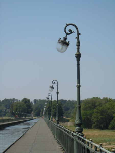 Lampadaires_canal_Briare