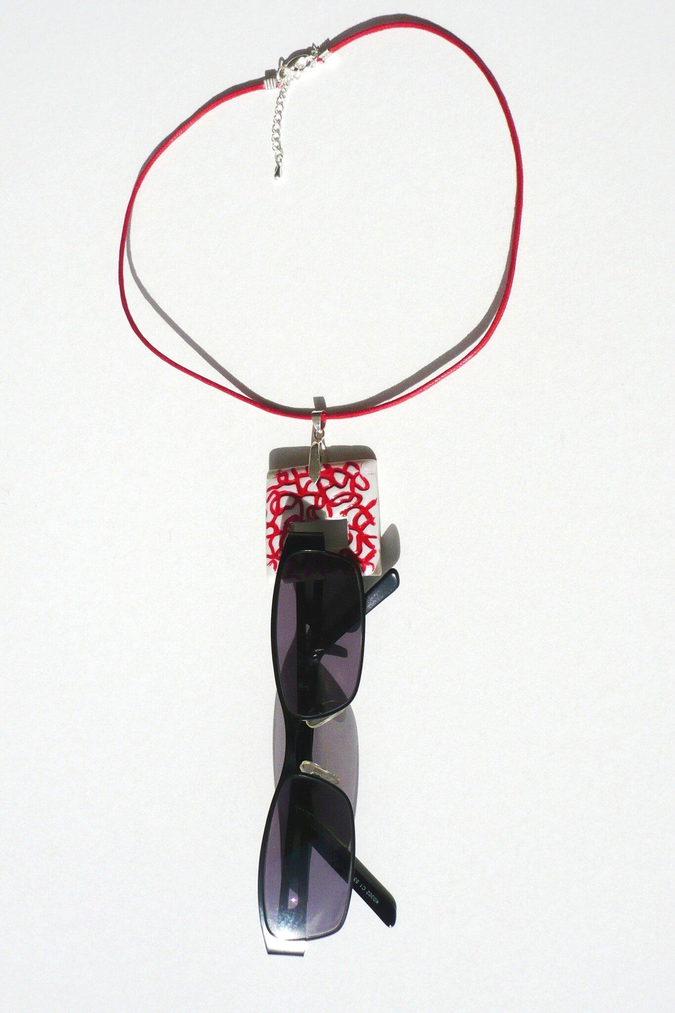 Porte lunettes fimo carré lignes rouges fond blanc lunettes