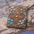 Croix stylisée : collier polymère et acrylique