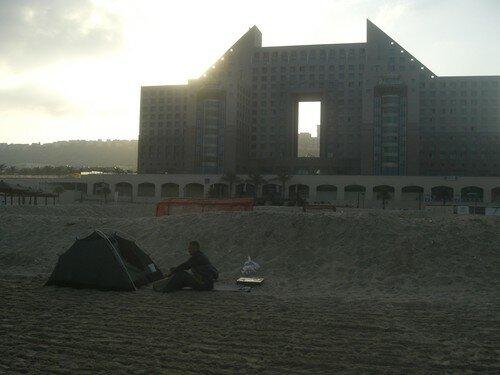 Reveil sur la plage. Haifa, hotel Meridien derriere