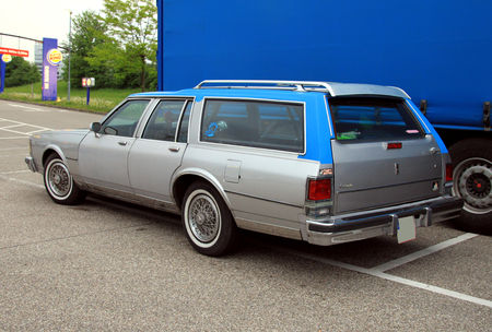 Oldsmobile_custom_cruiser_wagon_de_1986__Rencard_burger_king_mai_2010__02
