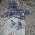 Ensemble complet naissance (brassière, pantalon, bonnet et petits chaussons blancs et parme)