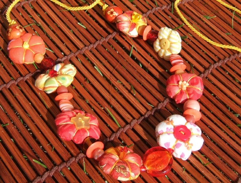 Collier mi-long - Rouge, orange et jaune
