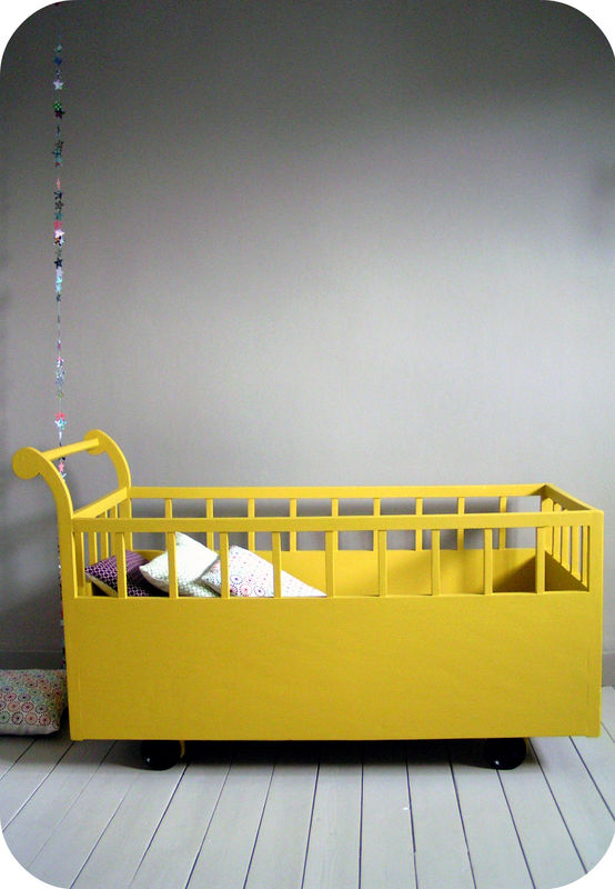 Lit roulotte, par lAtelier du Parc Yellow & grey baby room Pinte...