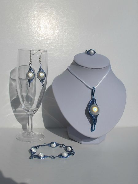parure wire bleue perles blanches