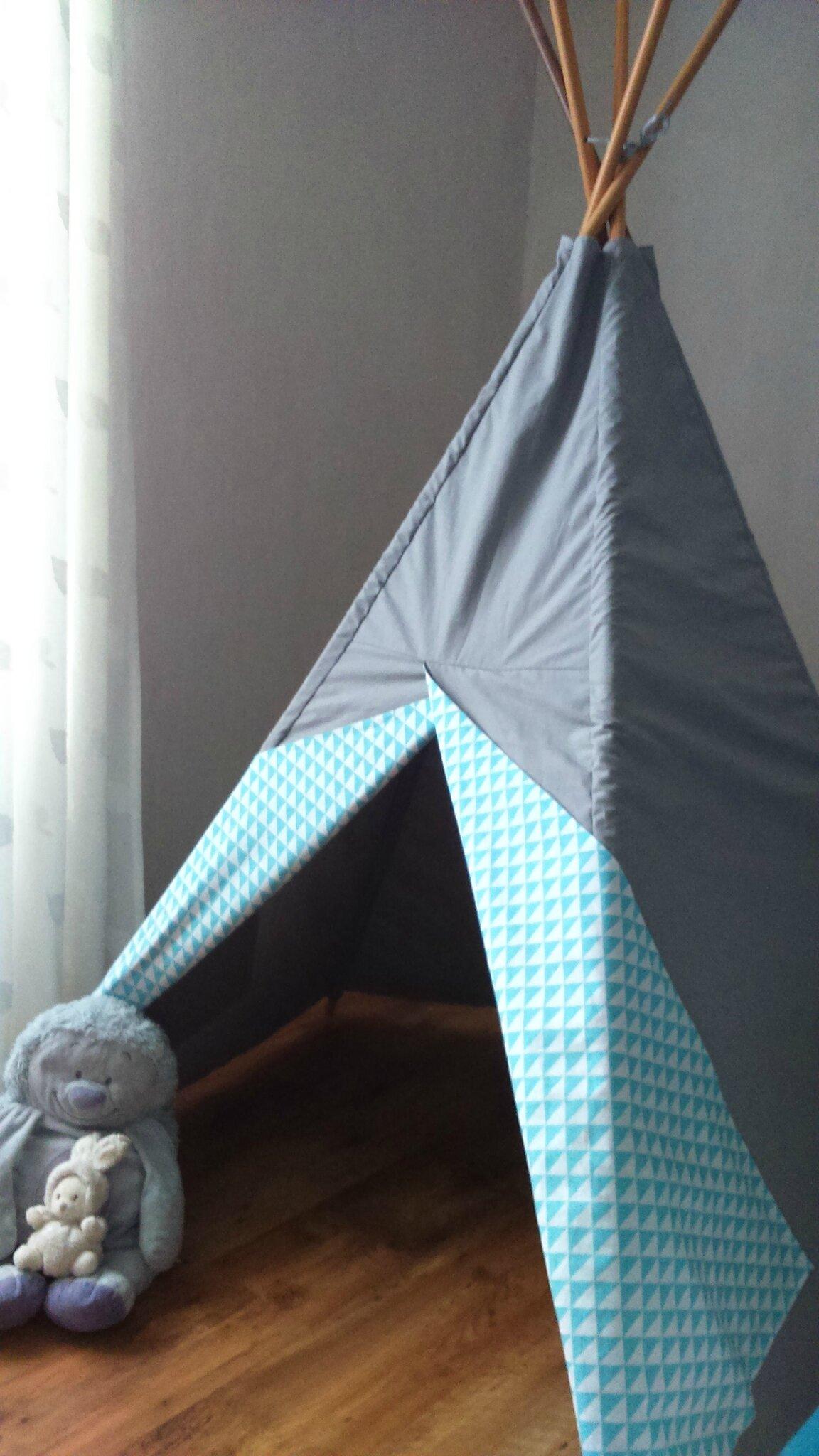 le tipi gris à triangles turquoises