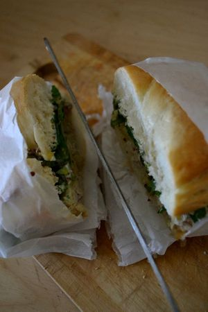 Bagels poulet + cheddar + tomate + roquette + sauce moutarde-miel + cream cheese (13)