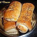Pain au lait fourré au thon, fromage et tomate