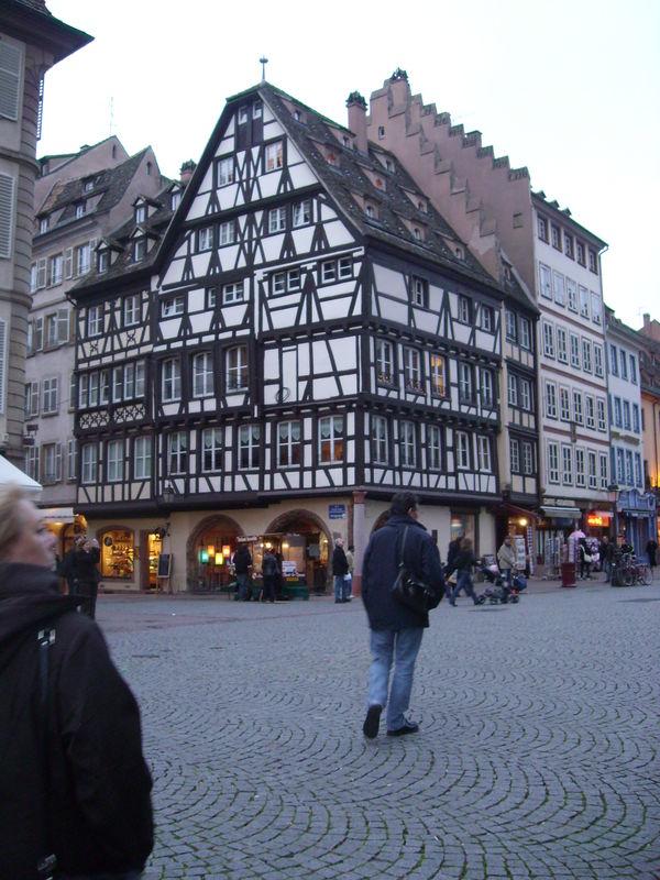 En bas de cette maison il y avait la plus vieille pharmacie de Strasbourg La Pharmacie de l'Ours