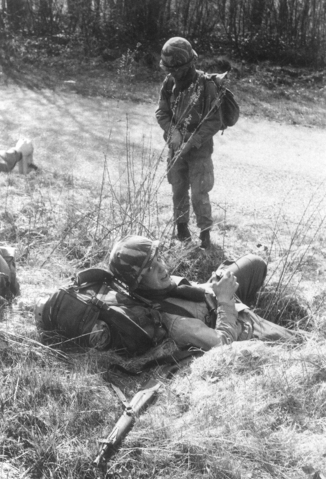 Sur le terrain 09 Patrick au repos derrière lui le sgt chef Azzi