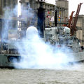 La fumée masque en partie la masse imposante du navire.