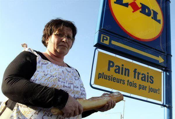 doubs_les_boulangers_declarent_la_guerre_du_pain_avec_des_raids_contre_les_lidl_qui_affichent_pain_frais_alors_qu_il_est_surgele_photo_francis_reinoso
