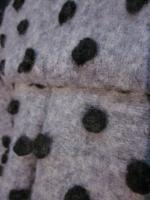 Manteau en lainage gris à pois noirs fermé par un noeud (1)