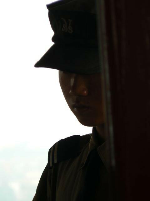 Un garde dans l'ombre