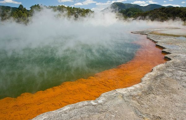 ChampagnePool-Wai-O-Tapu_rotated_MC