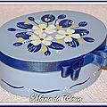 Boîte ovale bleue fleurs blanches 12x9,5x5cm