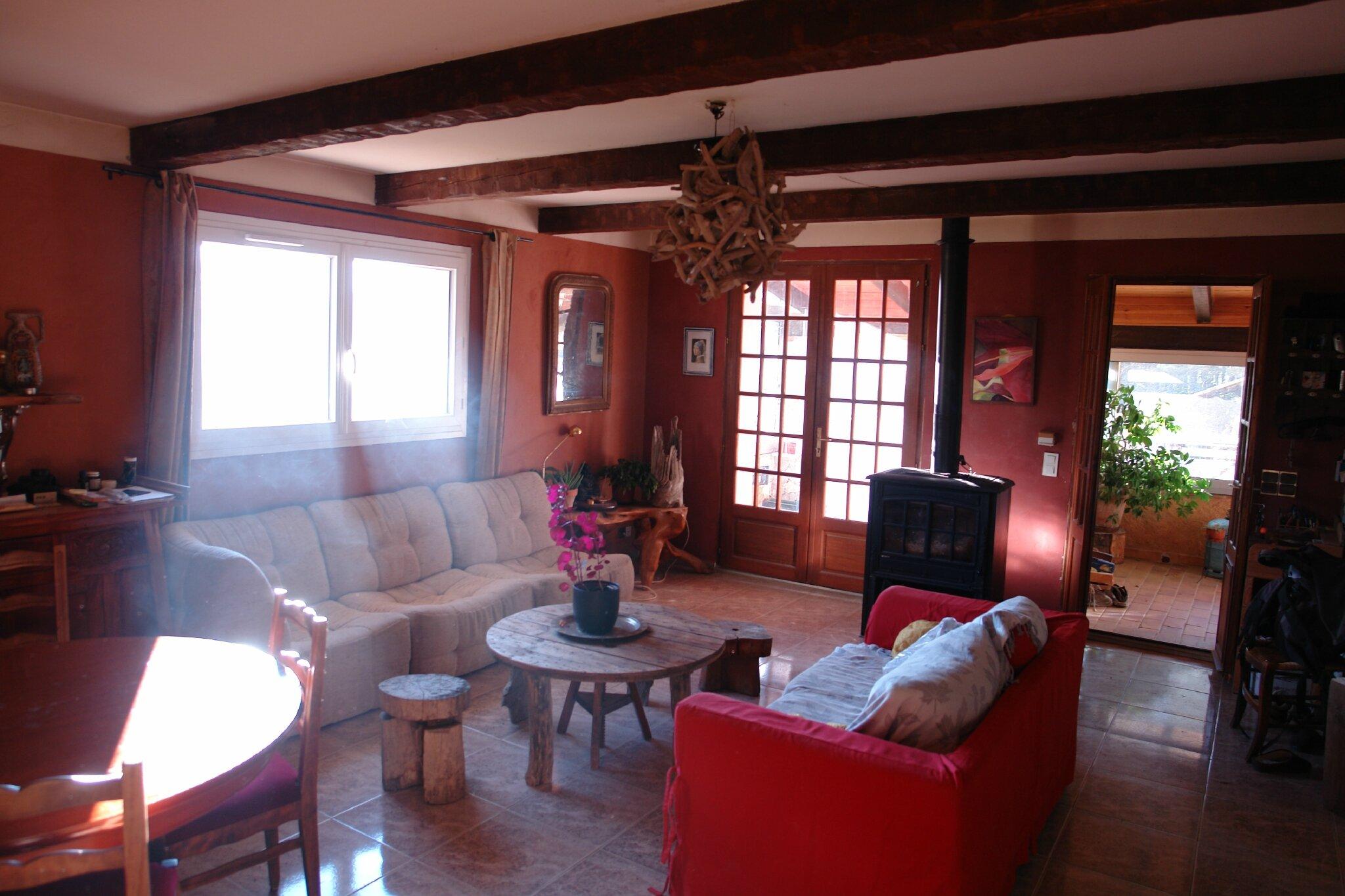 Séjour exposé plein Est. porte vitrée de droite: sas d'entrée, porte vitrée de gauche: véranda, exposées plein Sud d