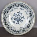 An underglaze blue plate depicting abstract flowers, Annam, 15th century. Very minor wear - D. 38 cm