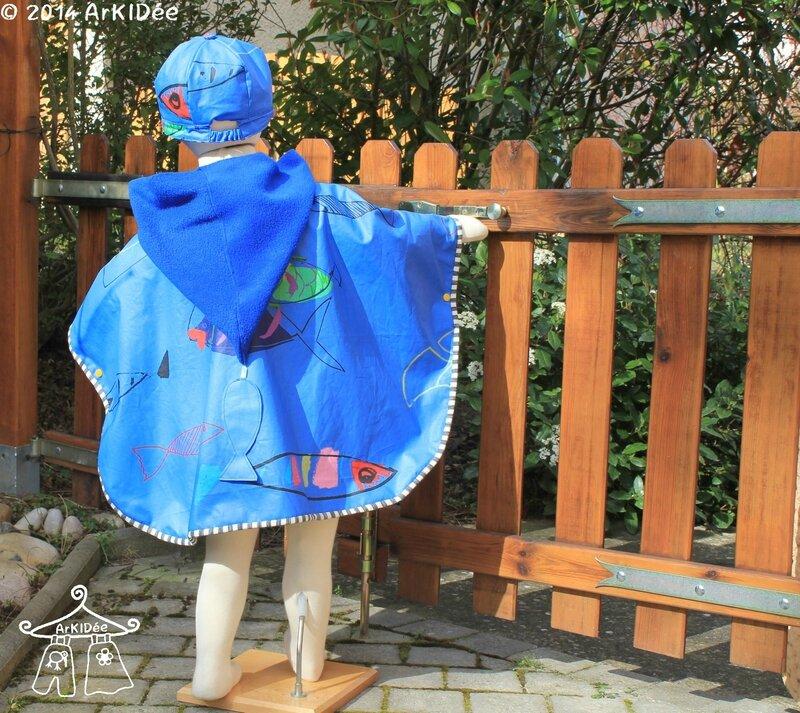Poncho de pluie dos avec casquette portée et capuche sortie