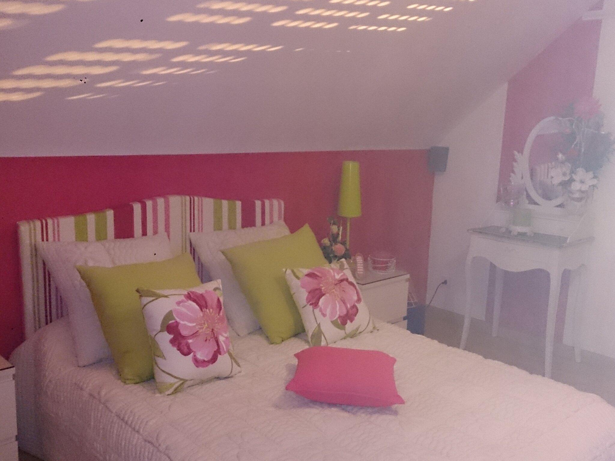Simple la chambre fushia et blanche with chambre blanc et for Peinture rose fushia chambre