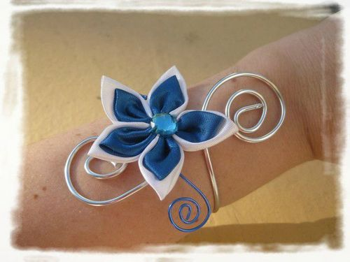 bracelet mariage fleur satin bleu blanc photo de bracelet mariage bijoux en pagaille bijoux. Black Bedroom Furniture Sets. Home Design Ideas